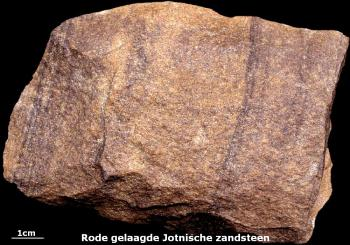 Rode Jotnische zandsteen - Zwerfsteen van Groningen. Deze Precambrische zandstenen komen vooral uit de Botnische Golf. In het Hondsruggebied zijn ze algemeen te vinden.
