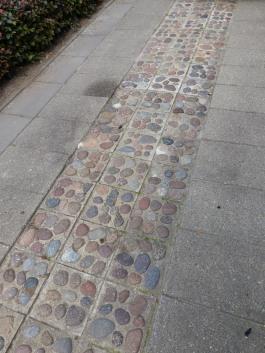 De stenen in de tegels zijn strandstenen die langs de Noordzeekust van Noord-Jutland zijn verzameld.