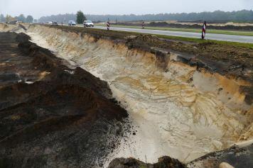 Aan weerszijden van de N34 werd tot ca. 4,5 diepte zand weggegraven. Hierbij kwamen afzettingen van drie opeenvolgende ijstijden te voorschijn.